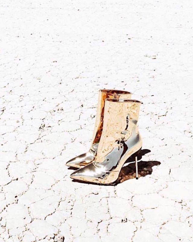 ✨ M I R R O R - M I R R O R ✨ ... lamé dreams with @mistressrocks via @kitte_au . #perfectday #weddinginspiration #highfashionbride #bridalstylist #fblogger #voguesposa #inspiremeweddings #goldlamé #desertboots #bootsfordays #antibride #rockandrollwedding #shoeporn #lusthave #fashionbride