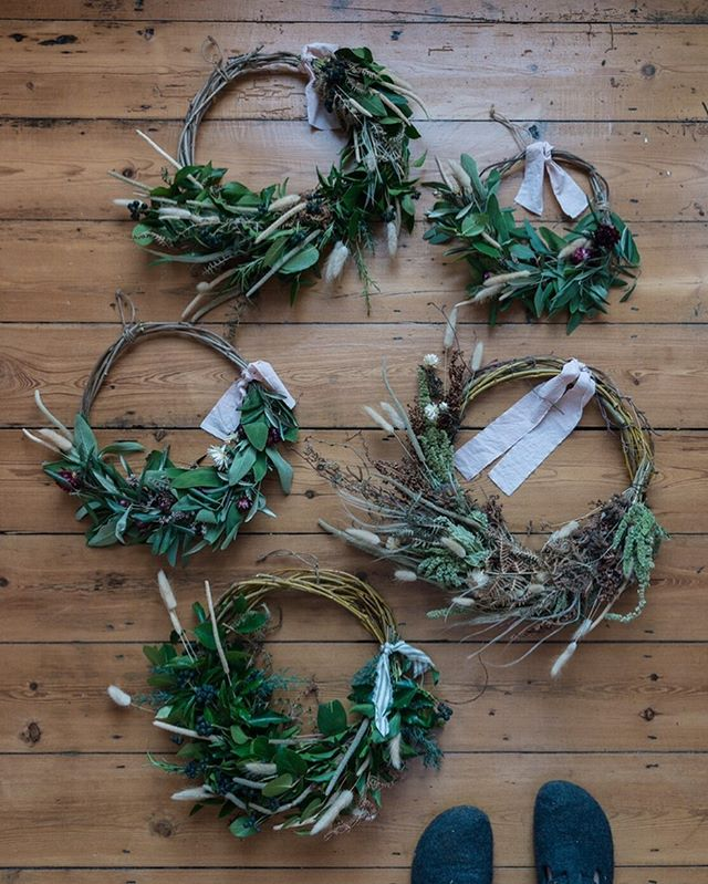 🎉 🥳 Tickets to my first 2 wreath making classes are now up on my site. I knowwwww it's kinda early, but I'm being organised 🤓 and thought it might be nice to book something lovely in for you and/or loved one before the busyness of the winter season takes over (then promptly get back to enjoying Autumn 😉 🍂). The first tickets to be released are two evening Kent based ones. One in my home in Faversham with @wastedkitchen delights , and one at @grainandhearth in Whitstable, which will come, of course, with gorgeous sourdough baked treats. Mmmm . More will be announced soon, I'm just finalising details with another couple of partners. Don't worry Londoners and you who are far away, I've got plans for you too! 👀 Hurray!