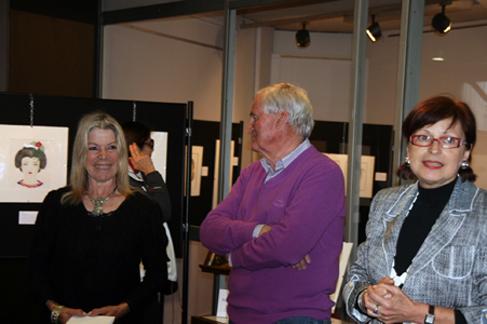 Yvonick Plaud, conseiller municipal et président à la Culture félicitant l'artiste.   Yvonick Plaud, town councillor & president de la culture, congratulating the artist.