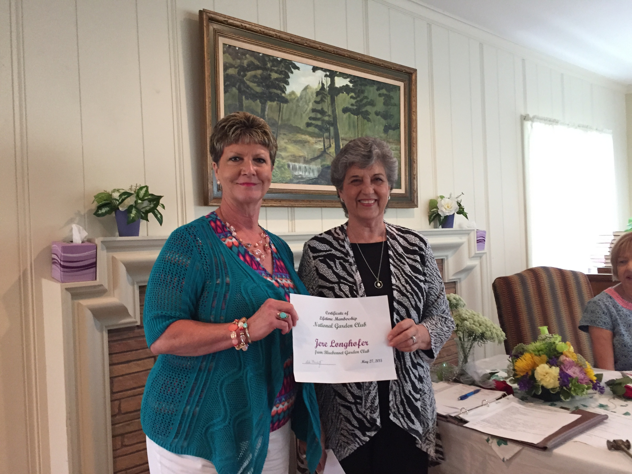 Debi Meschwitz presenting Jere Longhofer with a certificate for Lifetime Membership in National Garden Club.