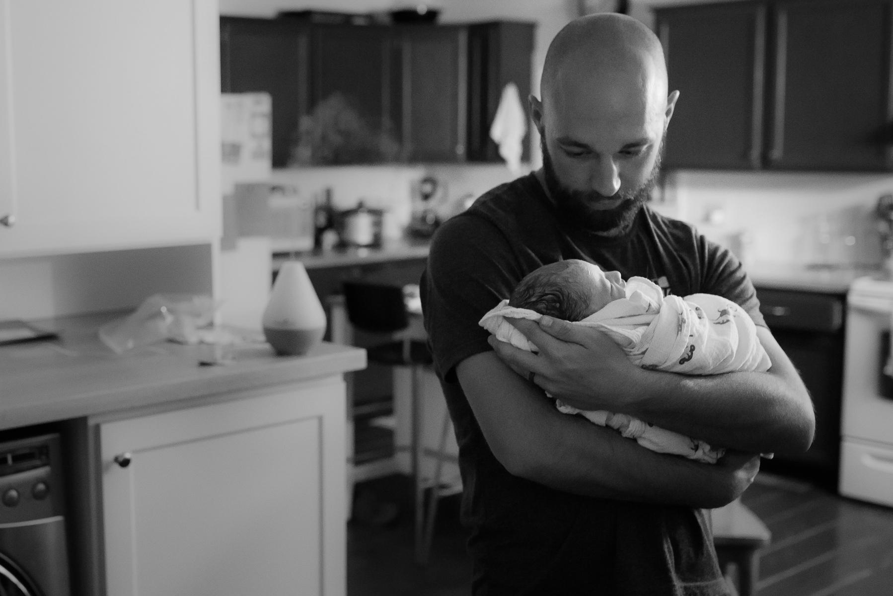 Denver-Birth-Photographer-Water-Birth-Papa-Holds