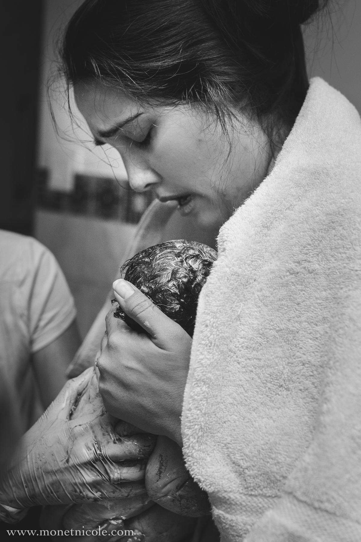 birth-photographer-mom-catching-baby