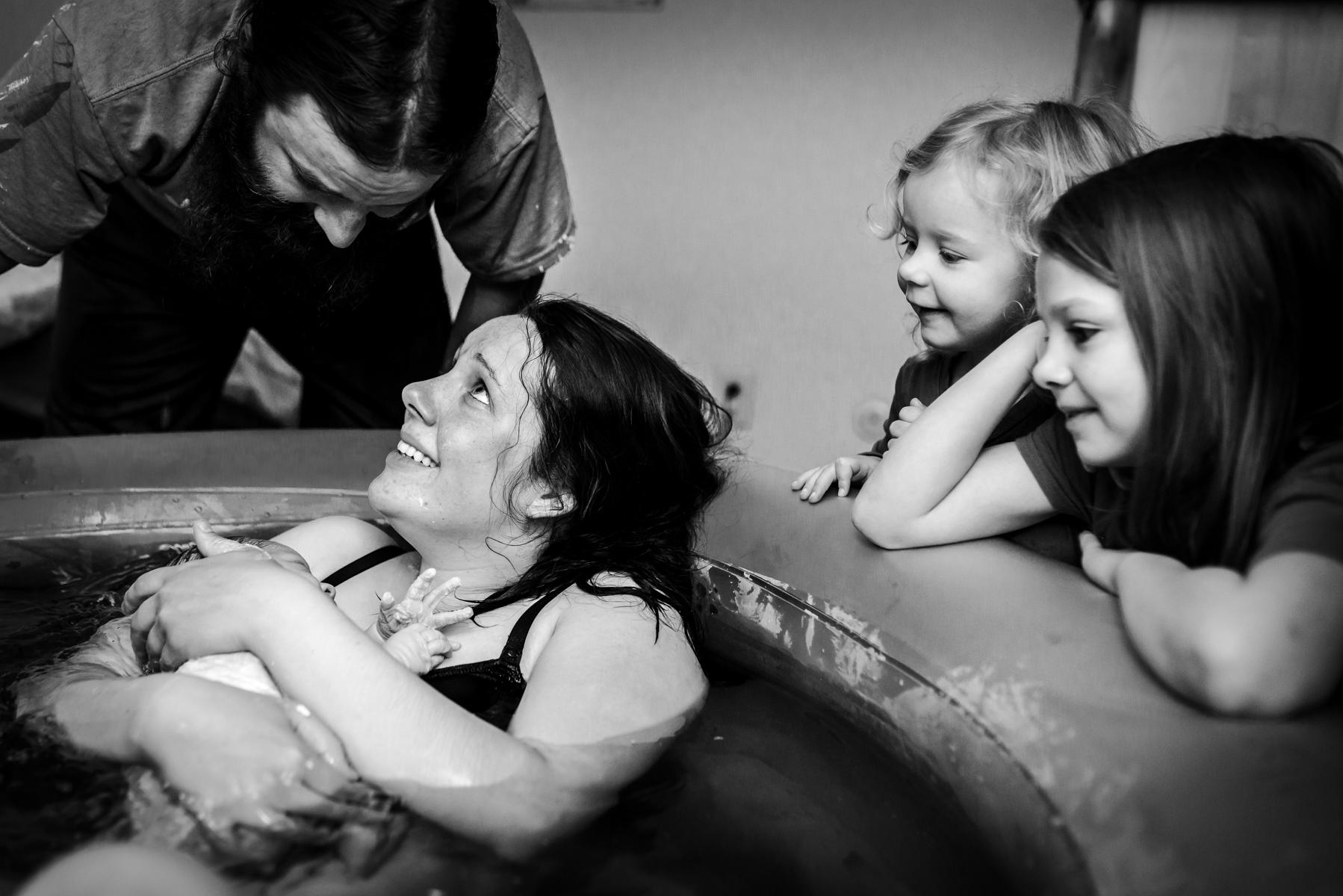 sisters-see-baby-homebirth