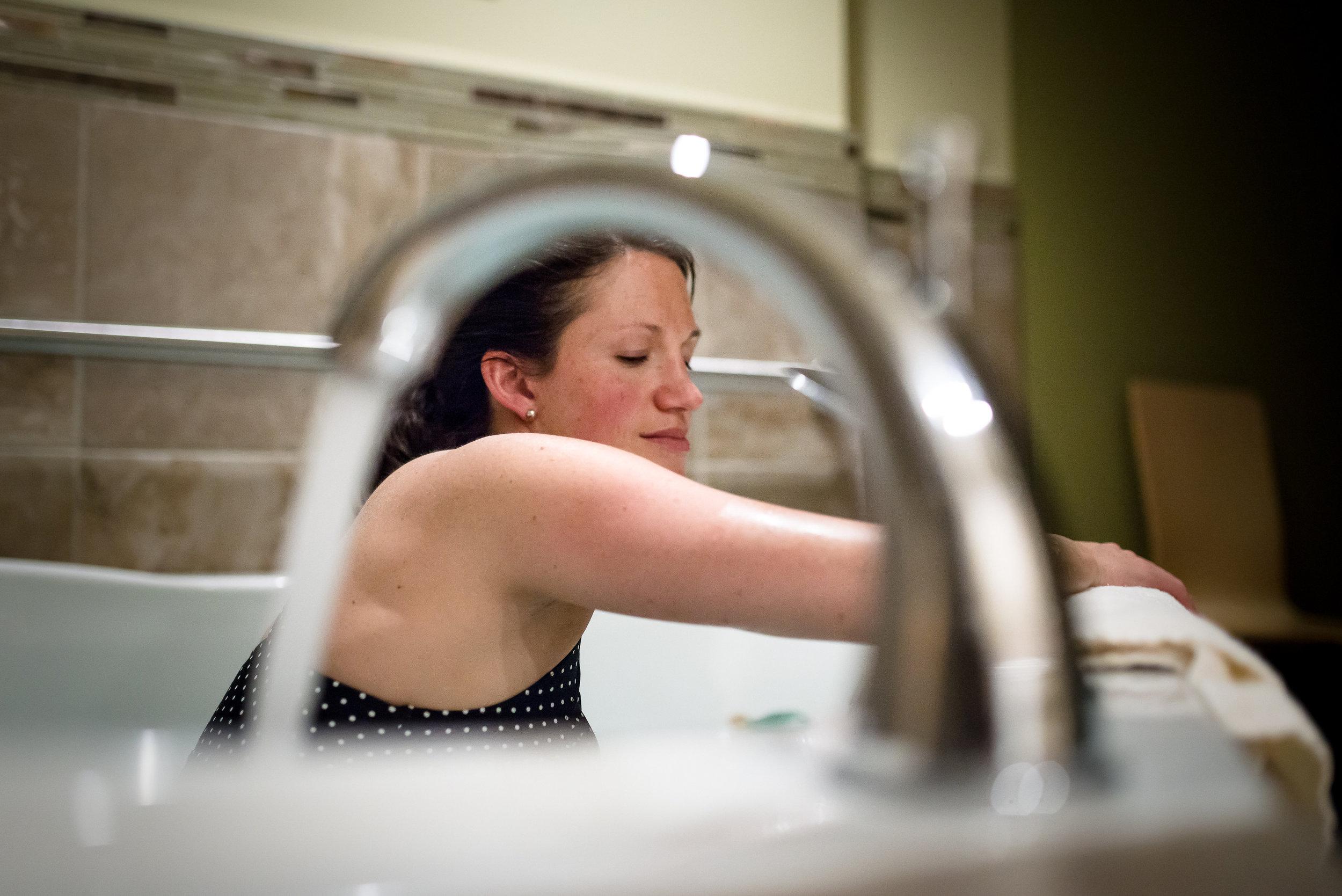 birth-photographer-denver-mountain-midwifery-water