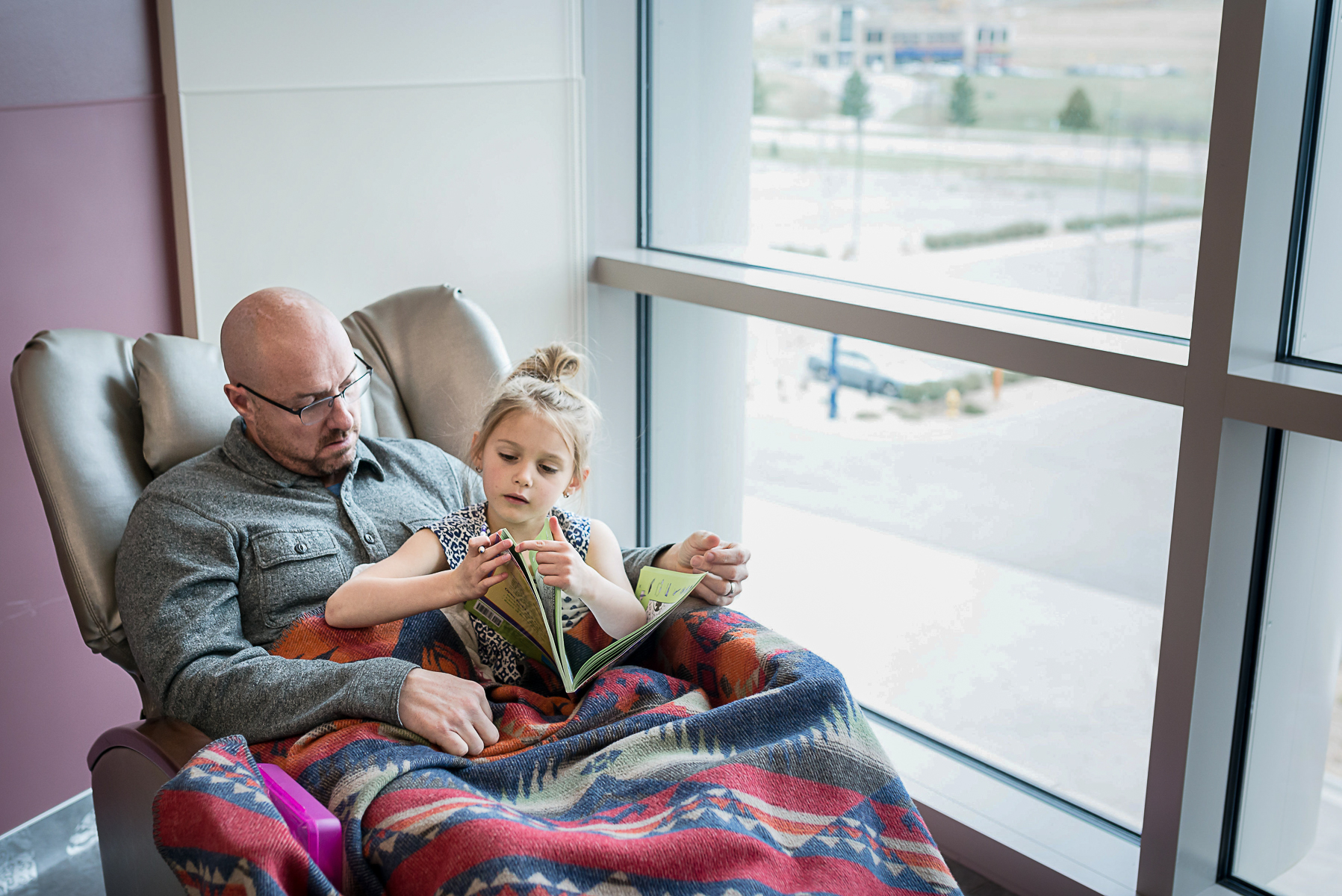 castle-rock-birth-photography-dad-daughter-reading