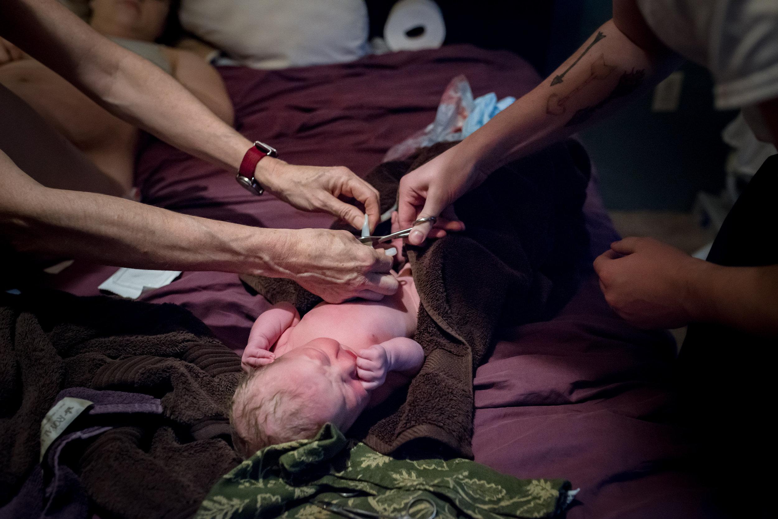 dad-cuts-cord-at-homebirth