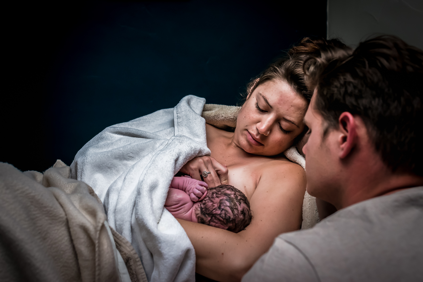 breastfeeding-in-bed-after-waterbirth