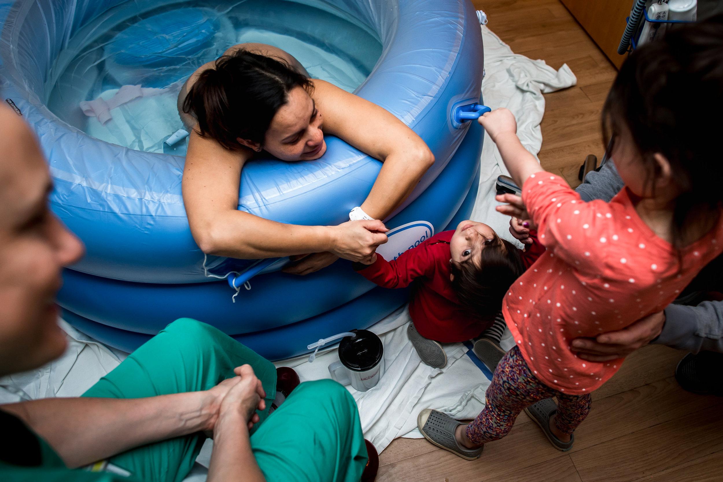 older-children-helping-mom-during-labor