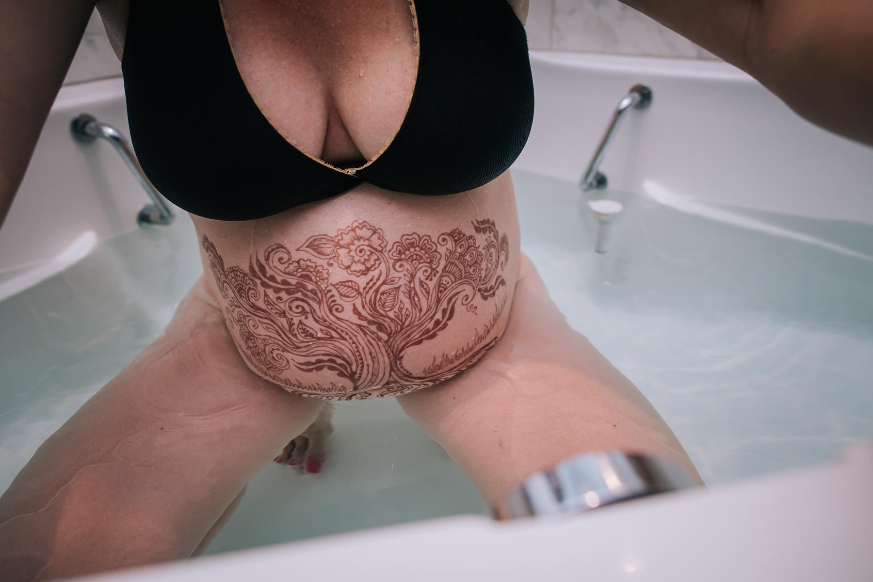 henna-on-laboring-belly