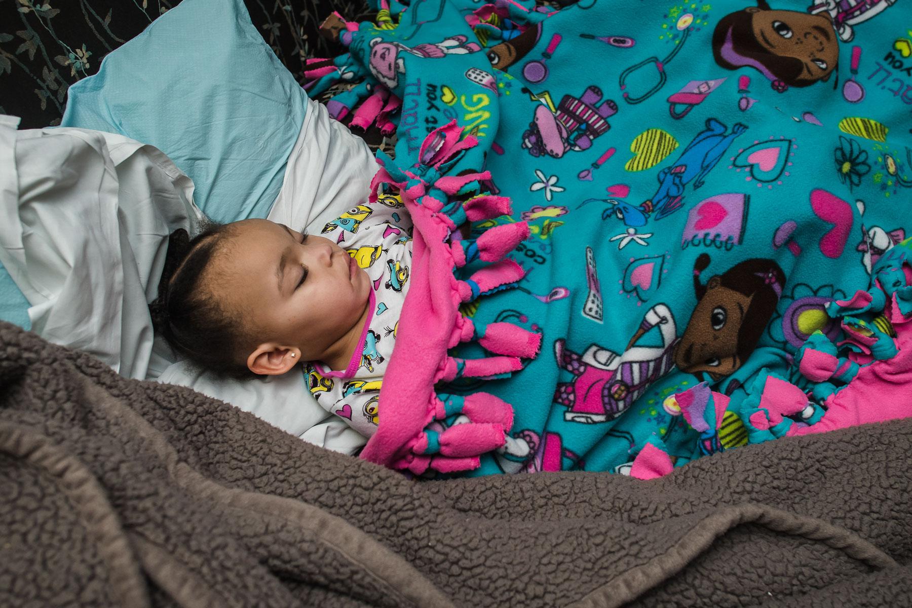 big-sister-sleeps-during-labor