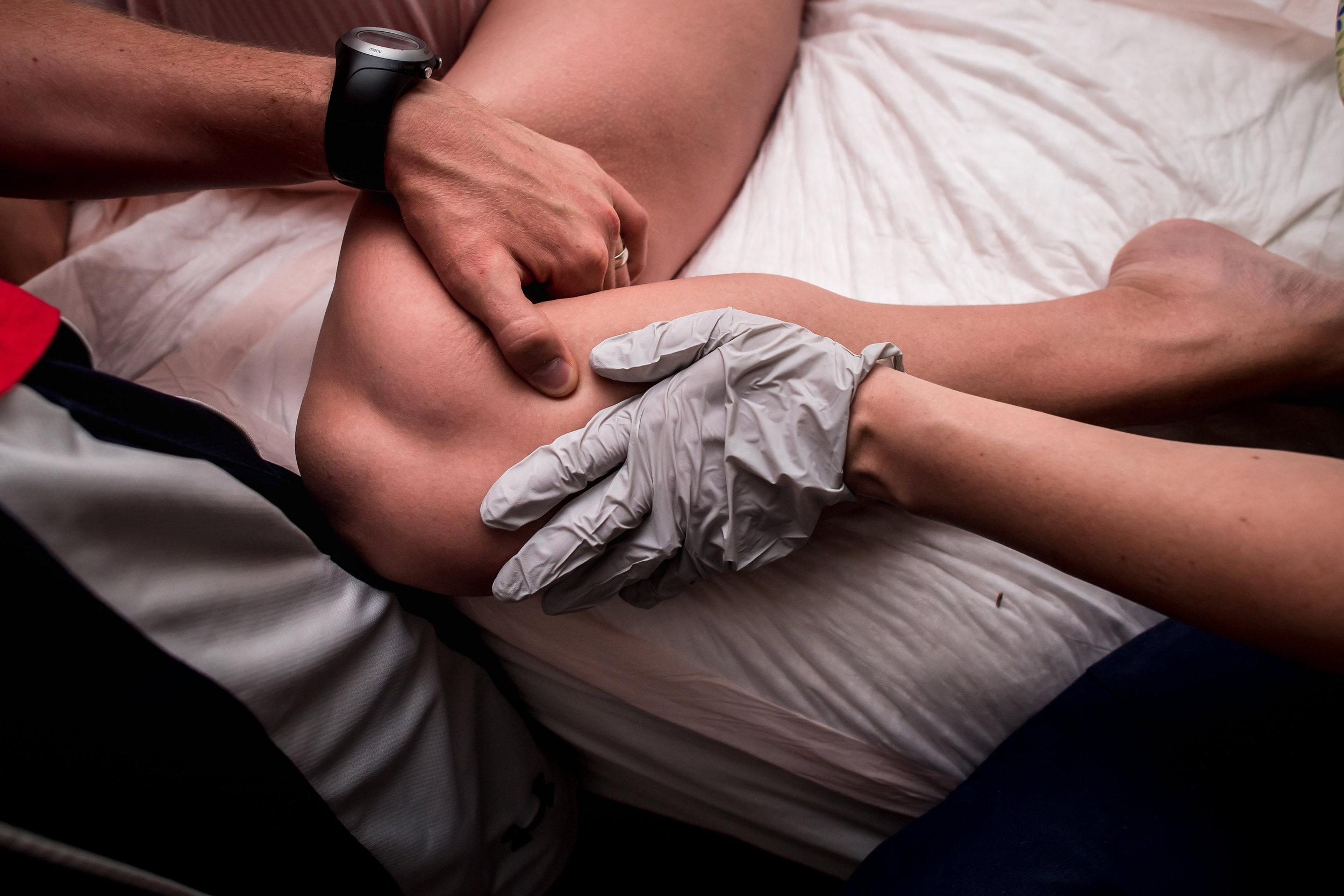 holding-leg-during-pushing