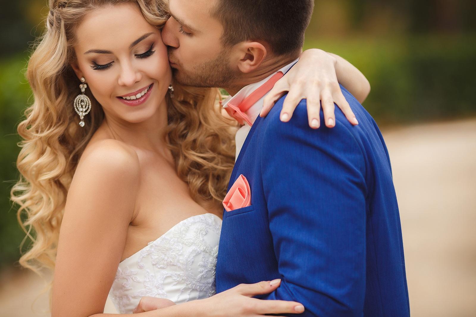 wedding-couple-smooch.jpg