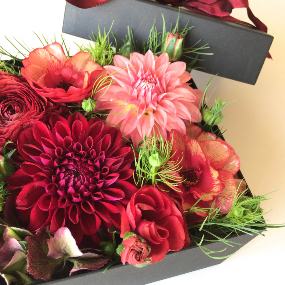 Berry BlackのBOXには鮮やかなレッド系のお花もとてもよく似合います。