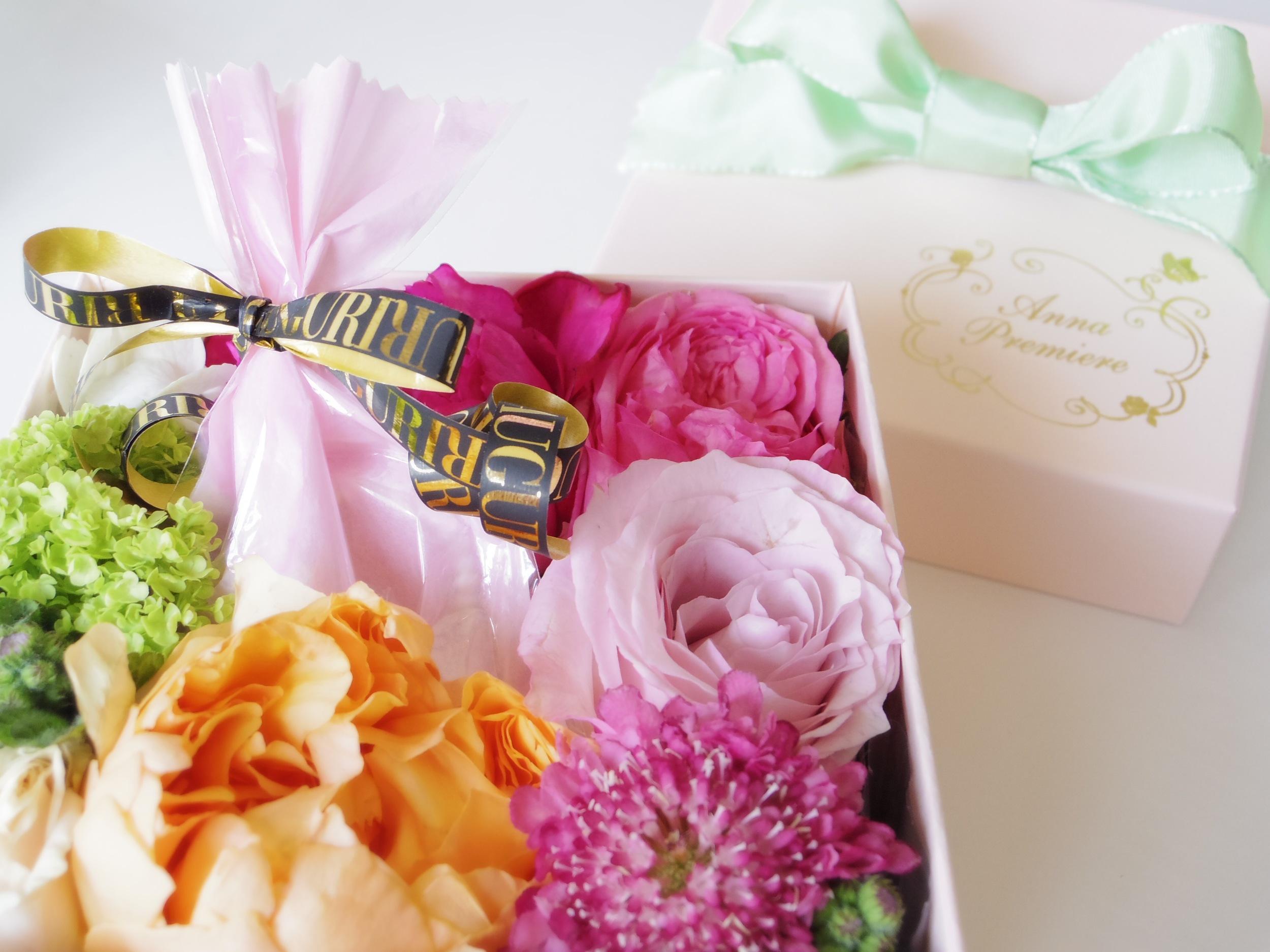 アクセサリーや小物を入れてお花と一緒にプレゼントもとっても素敵ですね!