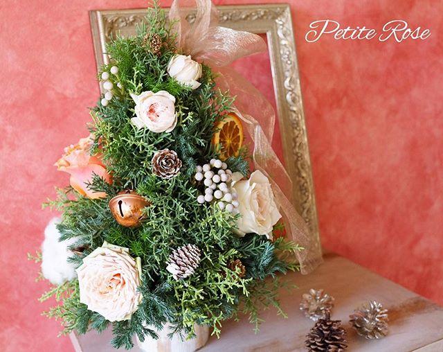 12/15(土)10:15〜 吉祥寺クリスマスレッスンのお知らせ✨ * 香り良いコニファーをたっぷり使ってツリーを作り、ローズやオーナメントで飾り付け🎄 * お好きな飾りを選んで、オリジナルの手作りツリーを作って見ませんか?^ ^ ・ ※お写真はイメージになります。花材はその時の仕入れによって変わります(*^^*) ✴︎ お問い合わせ、詳細はダイレクトメッセージ、またはcontact@flowertherapy.jpまでお願いします^ ^ ✴︎ #flowers #flowergift #flowershop #flowerschool #flowerstagram #吉祥寺 #吉祥寺フラワー #吉祥寺フラワーアレンジメント #吉祥寺フラワーレッスン #フラワーレッスン #フラワー #フラワーアレンジ #フラワーアレンジメント #吉祥寺大好き #花のある暮らし#花教室 #吉祥寺花教室 #petiterose #ワークショップ #習い事 #かわいい #オシャレ #クリスマスツリー