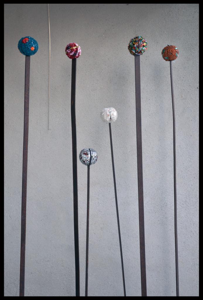 Dimensions // 1,56 m et 1,15 m // tiges métal // fleurs verre, terre cuite, miroir, métal