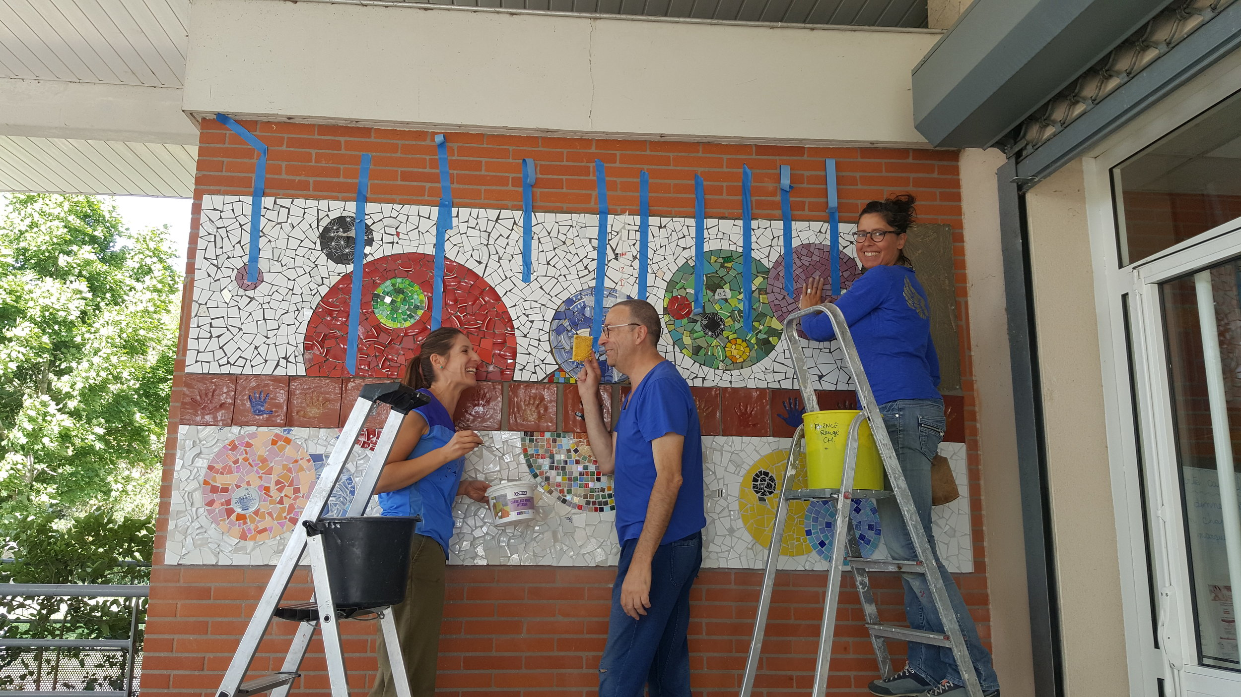 Pose avec l'aide de Cécilia Ferreira (enseignante) et Marc Le Dizet (artiste)