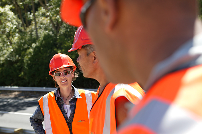Caroline Robinson with Auckland Stonemasons team, Grafton Gully Motorway Project 2003. Photo by Simon Devitt