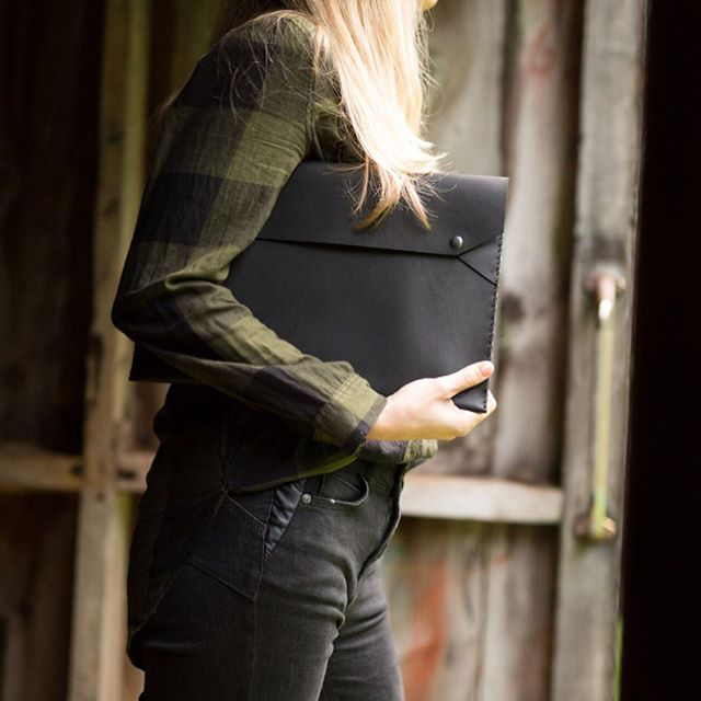 Just enough for a laptop note book and pen. The S/A laptop case is hand crafted from the finest New Zealand leather. Perfect for lite travel to and from the office or studio #laptop #leather  #case #designer #leathergoods #handmade #newzealand  photo credit @thehoodandco model @felinz