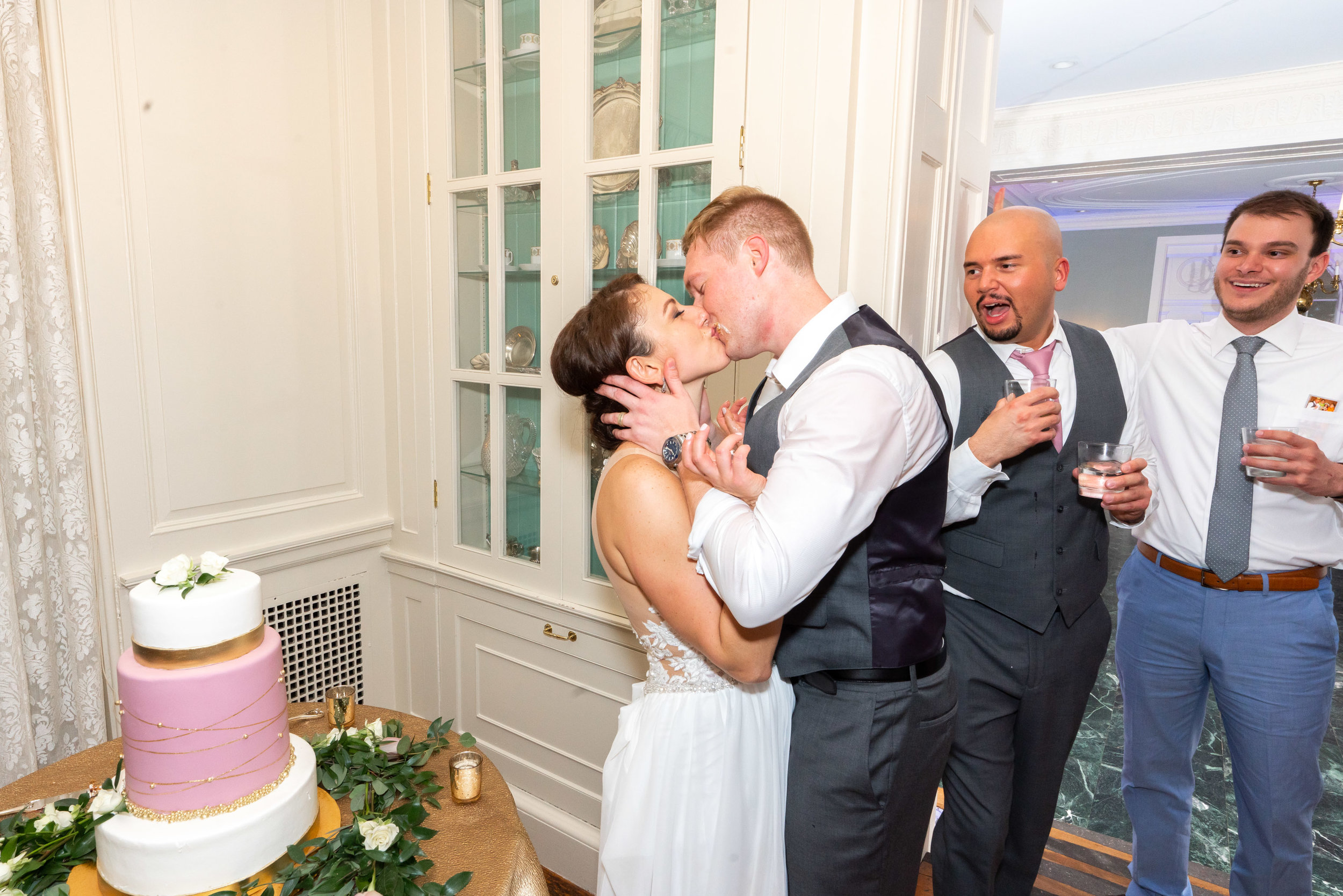Bride and groom kiss at Glenview mansion after cutting their cake Sony a7riii
