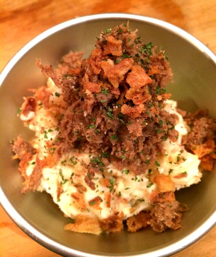 Potatissallad med hemlagad corned beef och rostad lök.