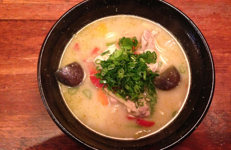 Ett gott samarbete mellan grön Thai-curry och japanska nudlar. Awaya Icchou igen.  Foto: Yuki Toyoda