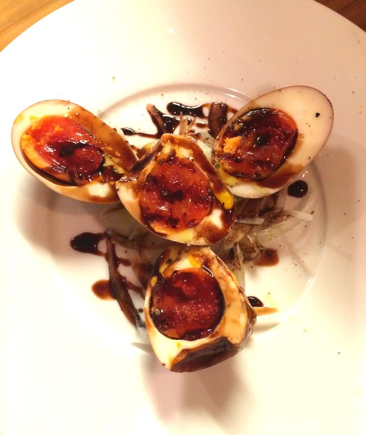 Enklare kan det knappast bli: Kokta ägg med purjolök och balsamvinäger.