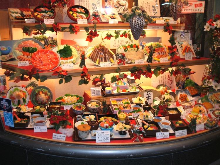 Hela menyn förevisad i skyltfönstret med verklighetstrogna plastmodeller. Instruktiv och lockande reklam!  Foto: Wikimedia Commons