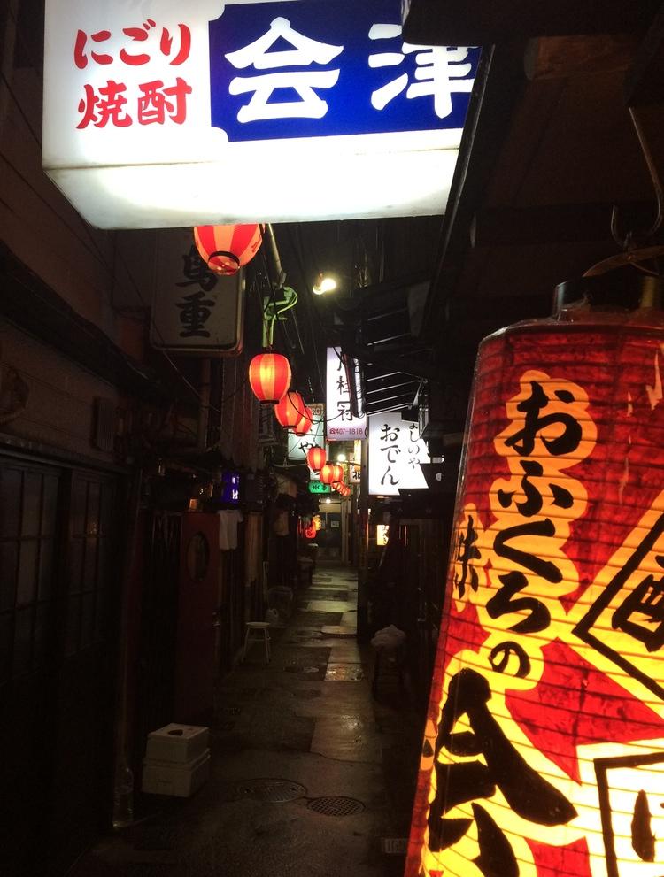 En vanlig rekvisita för en izakaya är en röd papperslanterna utanför dörren, ofta med en kortfattadbeskrivning av butikens utbud.