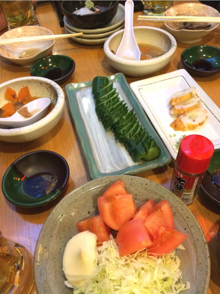 Enkel men präktig mat: Sashimi, köttgryta, inlagd gurka, fiskbullar och tomatsallad.