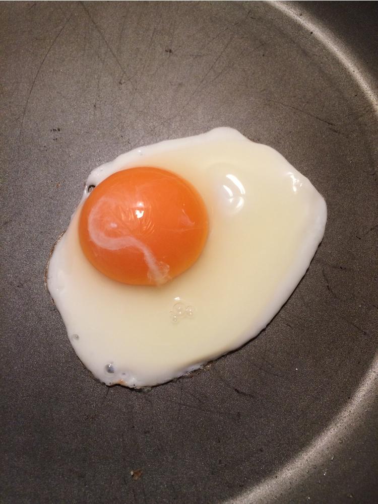 Japanska ägg är relativt sett färska och pigga. De här, som är extra goda, köper vi hos en liten lokal grönsakshandlare runt hörnet.