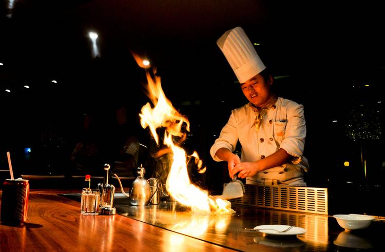 Flambering vid det japanska stekbordet gör sig bra på bild.  Foto:  Cyclone Bill , Creative Commons License