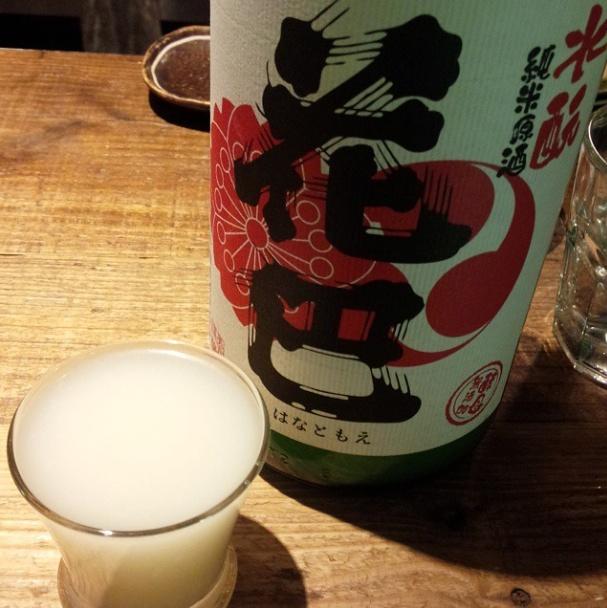 Denna mjölkaktiga dryck är  nigori-zake  (smutsig sake), dvs sake som inte filtrerats lika fullständigt som normal sake.  Foto: Kurand Sake Market