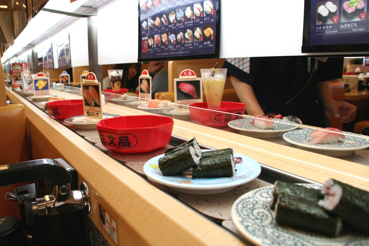 Så här ser det ut när sushin kommer framrullande på bandet, inom bekvämt räckhåll.  Foto: Nippon Bill,  Creative Commons License
