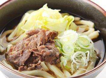 Tjocka udon-nudlar med lök och hästkött.