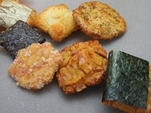 Okaki är en mindre variant av senbei med en mängd olika smaksättningar.. Klassiskt smågodis, kan man säga.  Foto: Nikko Okaki