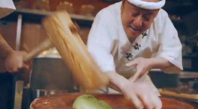 """Här tillverkas det  o-mochi - klistriga risbullar som kan användas både som """"klimp"""" i soppor eller som ingrediens i olika typer av traditionellt japanskt godis."""