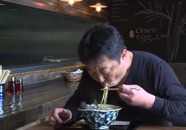 Det ska låta mycket när man äter ramen. Mycket syre i munnen hjälper till att lyfta alla smaker.