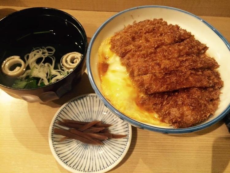 Enkelt men väldigt gott med friterat fläsk, ägg och ris, soppa och inlagda grönsaker. Allt för 70 kr.  Foto: Akihito Mochizuki
