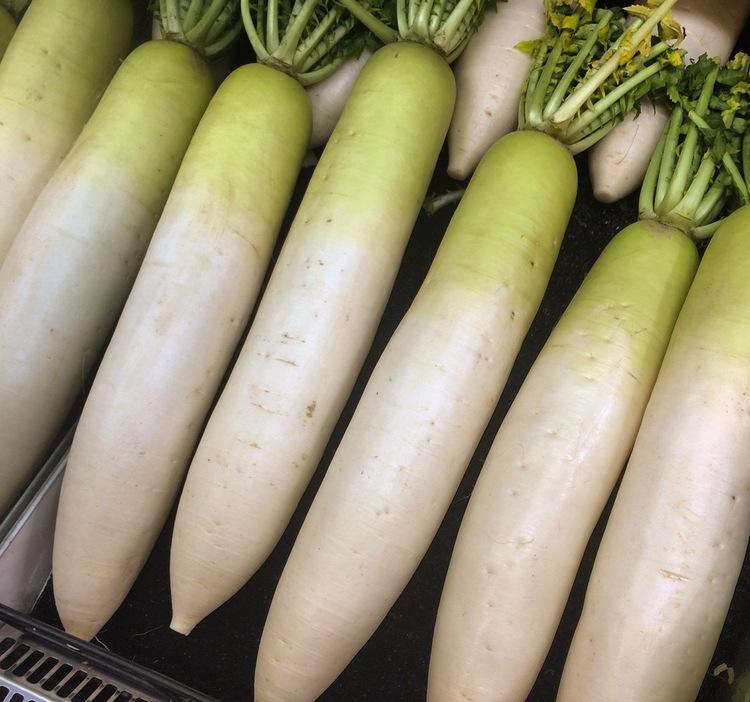 """Daikon - den japanska stora rädisan - är verkligen en """"stapelvara"""" i de japanska matvarubutikerna."""