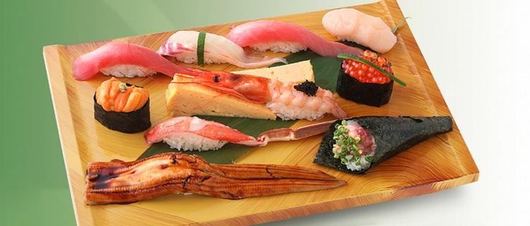 En rejäl laddning god sushi till lunch på Sushi no Midori, en av Tokyos mest populära sushi-kedjor. Utöver det ni ser i bilden ingår även miso-soppa och  chawan-mushi , en sorts äggstanning med grönsaker och räkor i.  Foto: Sushi no Midori