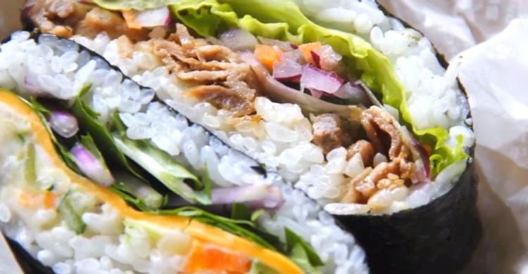 """Lika gott som attraktivt och lättlagat - onigirazu - en """"smörgåsvariant"""" på onigiri."""