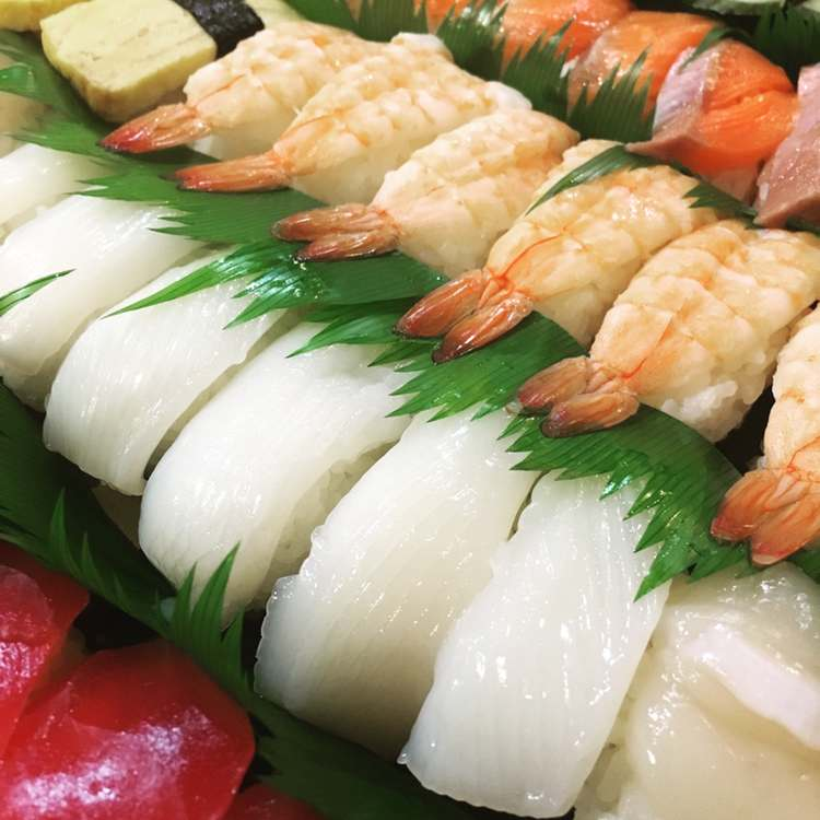 Ett sjuttiotal sushi-bitar med totalt sett 10 olika varianter.. Sushi-livet i Japan är en av de grejer som gör att man klarar sig fram till varje jul! God Jul - alla!