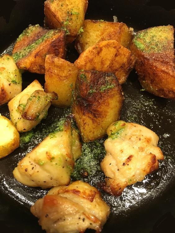 Stekt kyckling och potatis med pestosås serveras på varmt järnfat för under 25 kronor.
