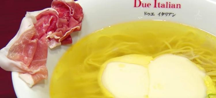 Ramen-nudlar med en italiensk soppbas, parmaskinka och ostsås...