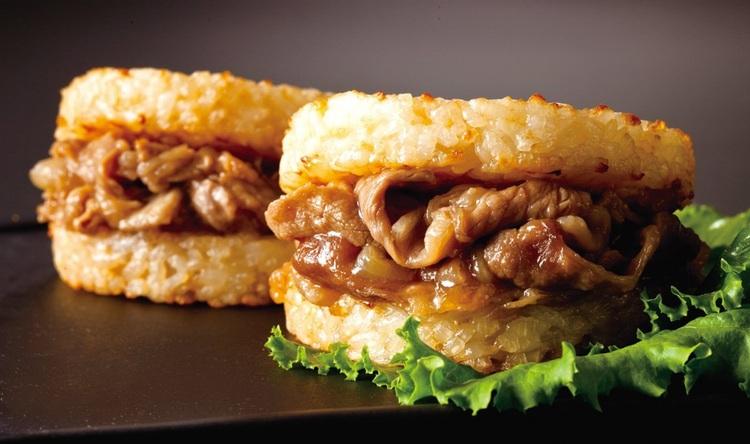 Kokt nötkött och lök mellan två riskakor - ett alternativ till vanliga burgare.  Foto: Matsuya