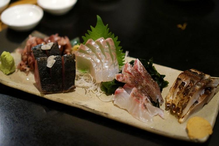 Ytterligare en samling fantastisk sashimi. Längst till höger har vi lätt halstrad makrill som man äter med stark japansk senap.Foto: Marcus Sjöström på  Burgerdudes .