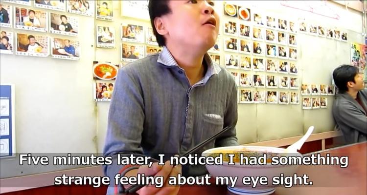 Svettningar, illamående, darrande händer - symptom för rödpepparförgiftning på kryddstark ramenkrog i Osaka.