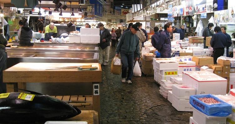 Affärerna rullar på nere i Tsukiji till åtminstone nästa juni.  Foto: Public Domain