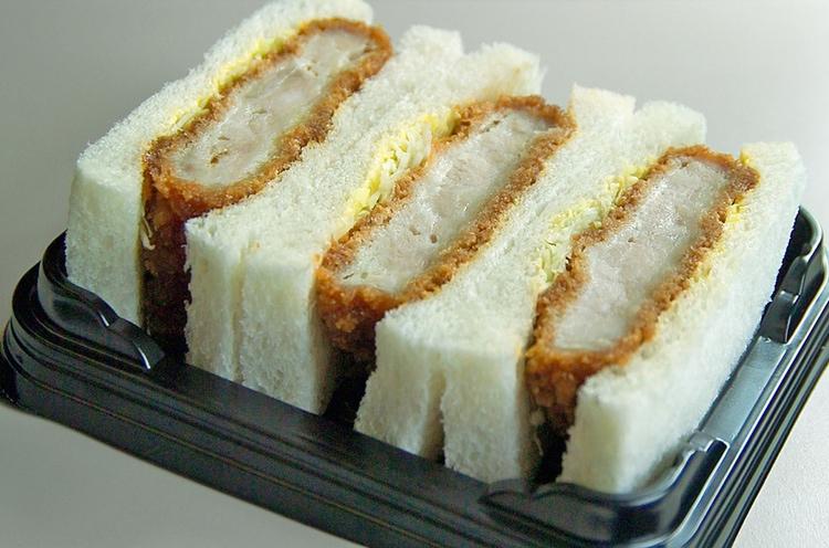 Katsu-sando är en smörgås med friterat fläskkött. Kan köpas nästan överallt där det säljs typiska japanska mackor.  Foto: Public Domain
